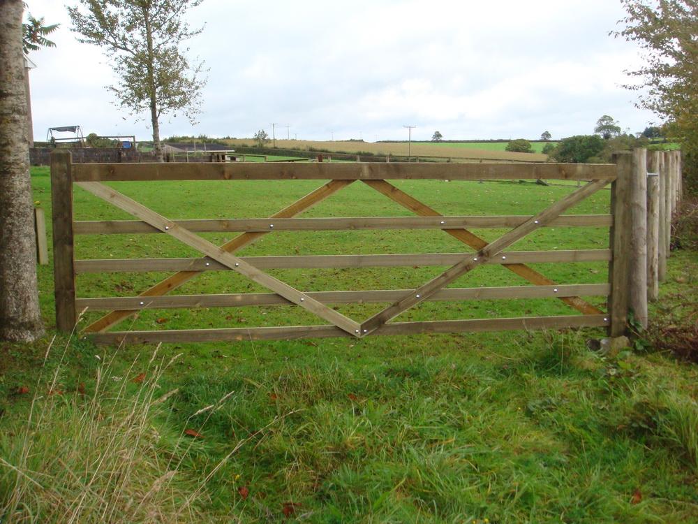 par rolle diamond brace gate leading to a field